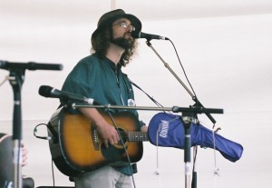 Michael Munnik at the Ottawa Folk Festival 2006, with his purple Mahalo ukulele